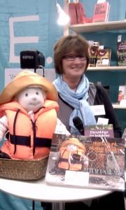 Ingela Nilsson med sin bok Holger på hummerfiske